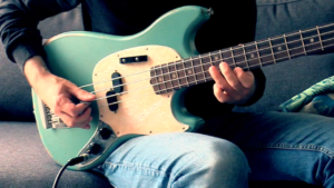 funk bass groove, palm mute et mediator, fender mustang jmj, tablature