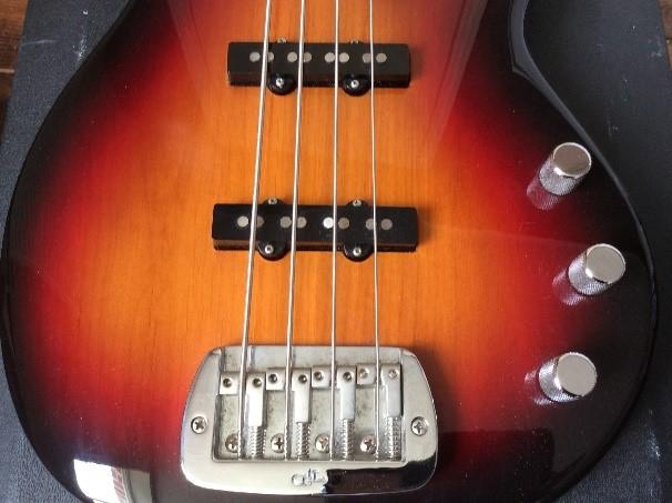 Une image contenant musique, guitare, basse, matériau de construction  Description générée automatiquement